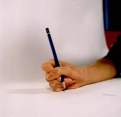 八种错误写字姿势-横搭型