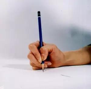 八种错误写字姿势-扭曲型