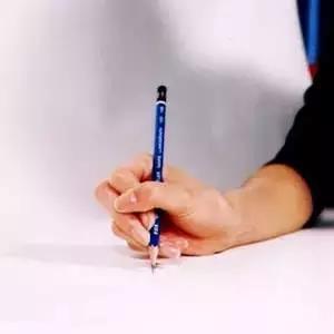 八种错误握笔姿势-错位型